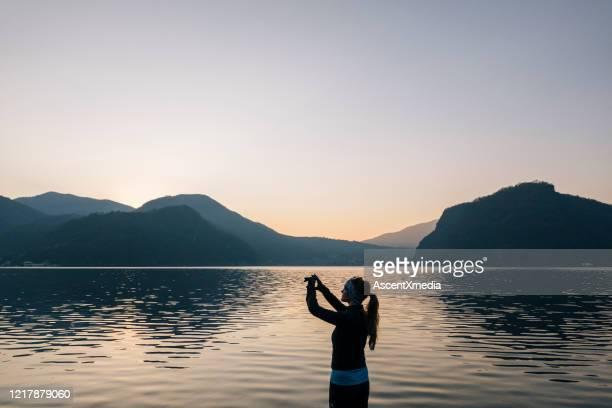 wanderin fotografiert berglandschaft mit smartphone - ganz oben stock-fotos und bilder