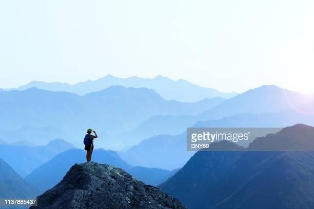 weiblicher wanderer nimmt picture of sunset auf - ganz oben stock-fotos und bilder