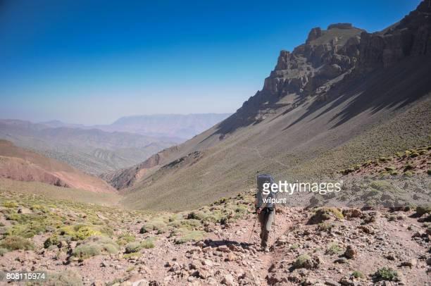 Randonneuse à pied jusqu'à un col de montagne