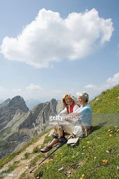 weibliche wanderer auf berg - oberbayern stock-fotos und bilder