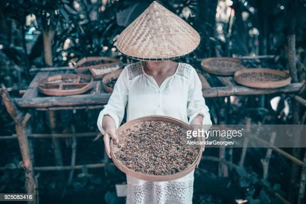 Weibchen mit Haufen von Anis Sterne Spice in Holzplatte