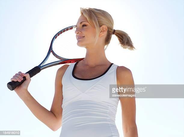 Femme tenant la raquette de Tennis
