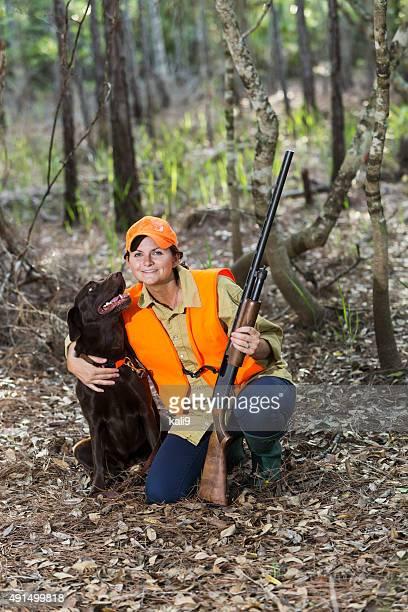 雌 hunter の木材とラブラドールレトリバー