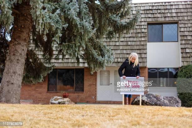 アメリカで販売のための住宅のタウンホーム エリア ホームの女性 - 売り出し中 ストックフォトと画像