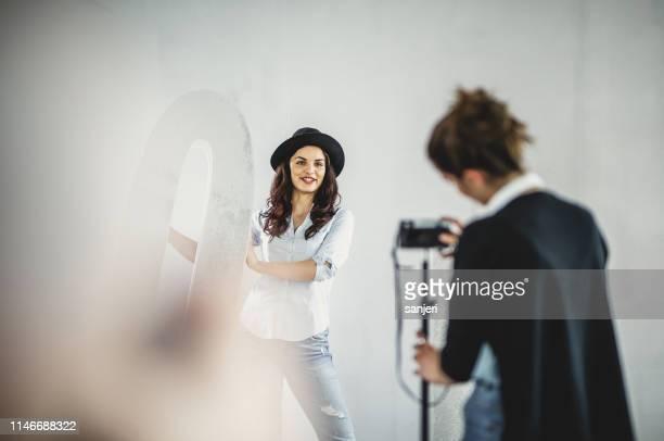 female influencer vlogging in a studio - modello dimostrativo foto e immagini stock