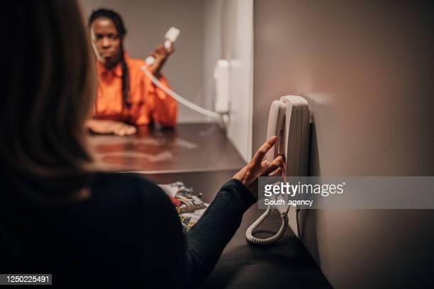 刑務所の訪問室で彼女の弁護士と話している女性受刑者 - 執行猶予 ストックフォトと画像