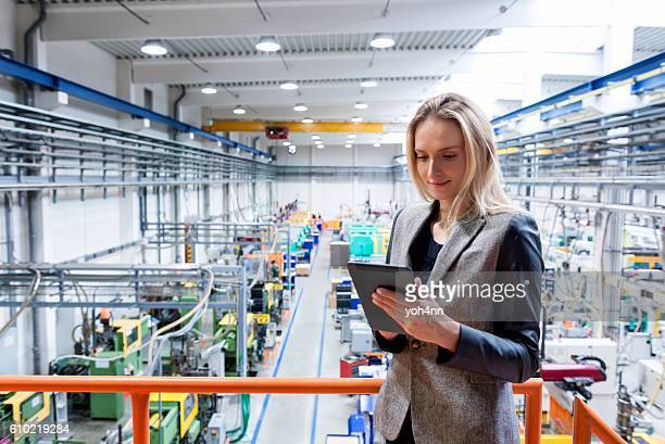 female inspector in the industrial production! - elektronische organiser stockfoto's en -beelden