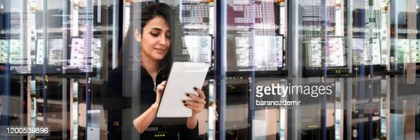 ingegnere it femminile nel data center - sicurezza di rete foto e immagini stock