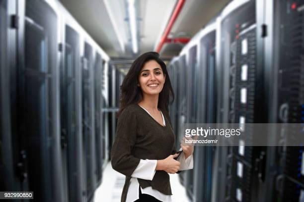 mujer ingeniero en data center - mid section fotografías e imágenes de stock
