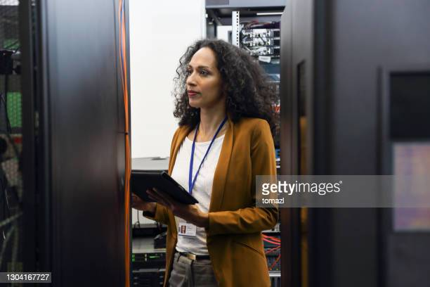 female it professional in server room - business finance and industry stock pictures, royalty-free photos & images