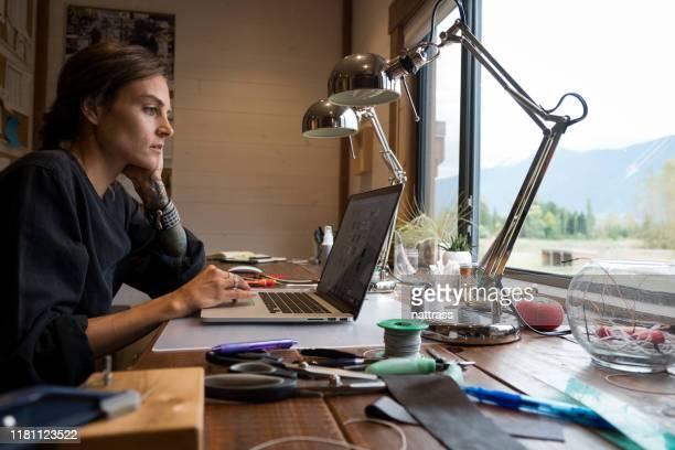 gioielliere femminile che fa alcuni gioielli - minoranza foto e immagini stock