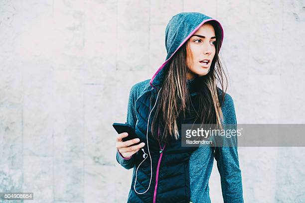 female jogger using phone - sports clothing stock pictures, royalty-free photos & images