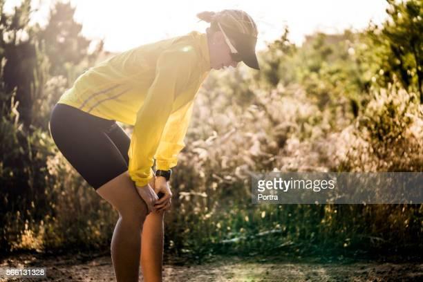 フォレストの膝上の手で女性のジョガー