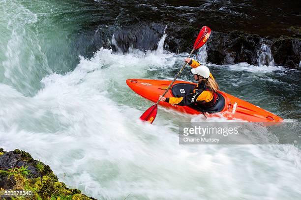 female kayaking in the river - kayak foto e immagini stock