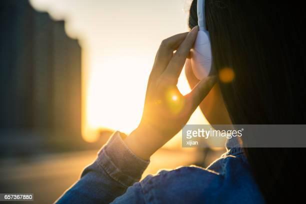 Femme musique écoute sur casque