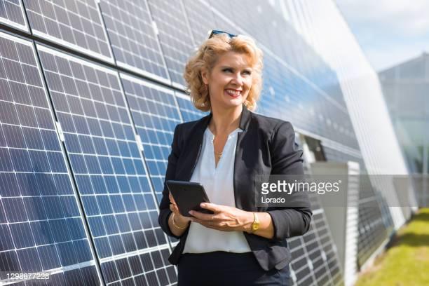 en kvinnlig chef ingenjör på en solpanel webbplats - miljöfrågor bildbanksfoton och bilder