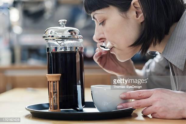 Femme Master avant-goût d'un café Roastery