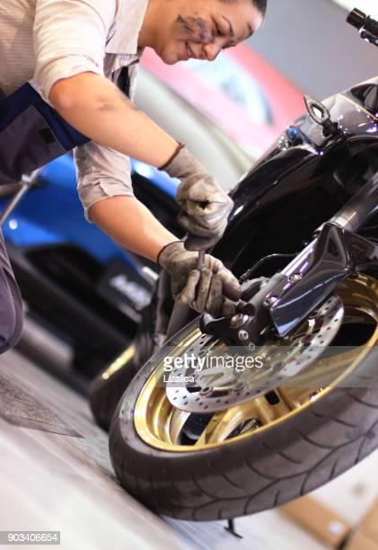 kvinnlig mekaniker-cykel reparation - 2018 bildbanksfoton och bilder