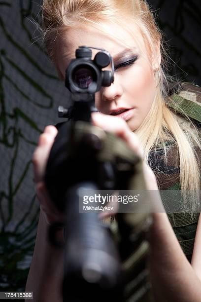 雌ミリタリー狙撃兵 - 狙撃兵 ストックフォトと画像