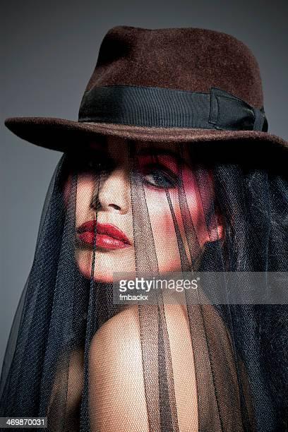 Modèle de la Belle femme maquillage portant chapeau et de voile