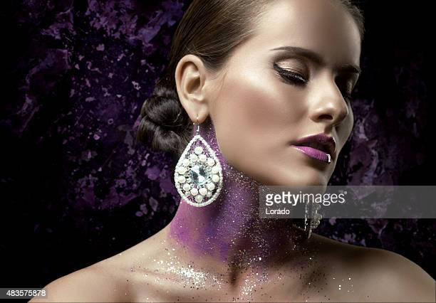 Femme modèle portant des perles de bijoux
