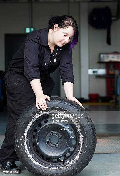 female motor mechanical student working in garage - hugh sitton 個照片及圖片檔