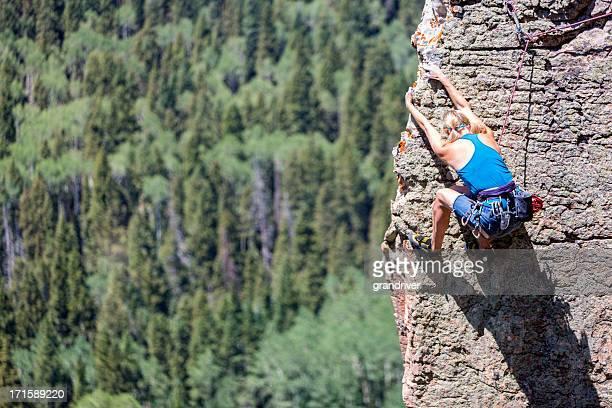 Weibliche Mountain Climber auf einer Felswand