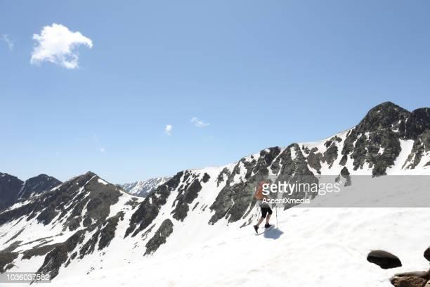 female mountaineer hikes up through mountains - atividades de fim de semana imagens e fotografias de stock