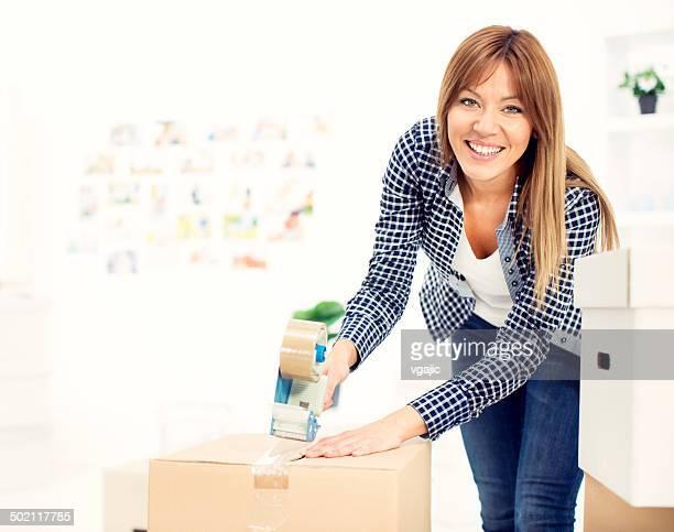 Femme se déplacer à nouvel appartement.