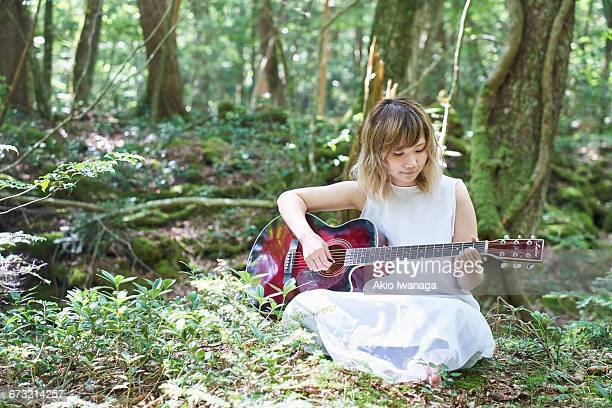 female musicians sing in the forest - akio iwanaga ストックフォトと画像