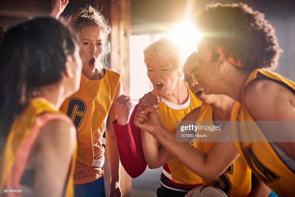 Female netball team preparing to training in gym. : Foto de stock