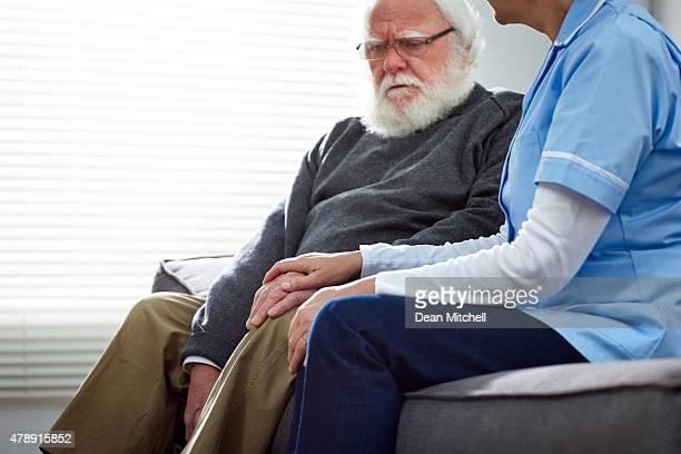 Weibliche Krankenschwester, älteren Patienten Trösten
