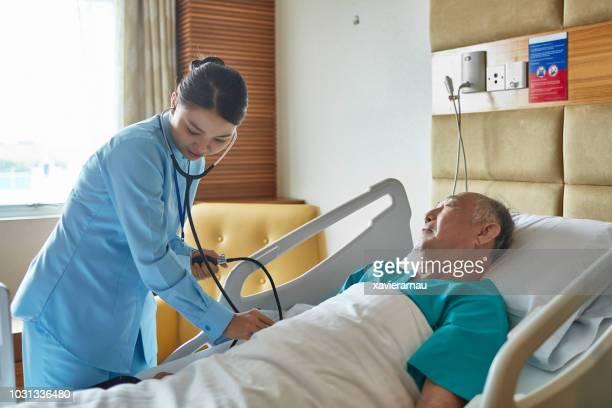 女性看護師上級男性患者