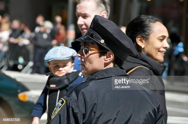 nypd feminino agente relógios de intersecção em midtown manhattan, nova iorque - uniform cap imagens e fotografias de stock