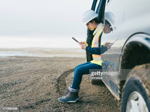 kvinna olja arbetare med tablet pc - gruvindustri bildbanksfoton och bilder
