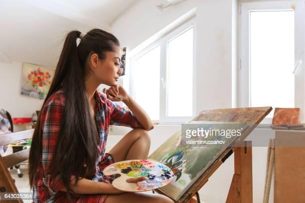 Blick auf ihre Arbeit Malerin