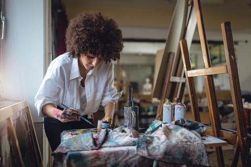 Female painter 890109808