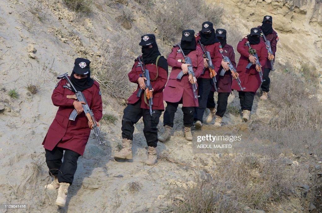 TOPSHOT-PAKISTAN-UNREST-POLICE-WOMEN-WOMEN'S DAY : News Photo
