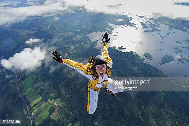 a female parachute jumper, sweden - moed stockfoto's en -beelden
