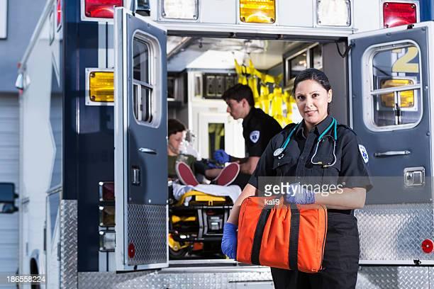 female paramedic - dokterstas stockfoto's en -beelden