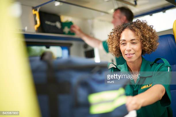 Femme préparation de l'ambulance Auxiliaire médical