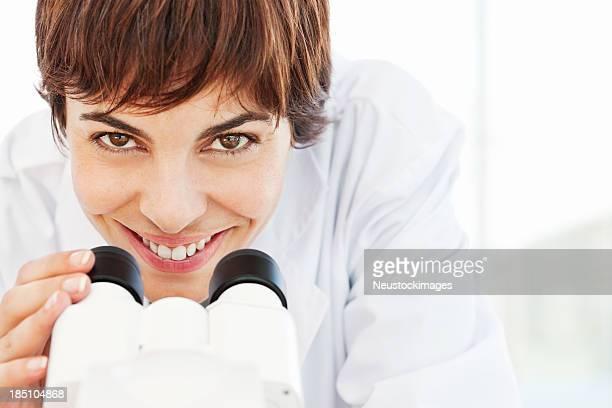 顕微鏡を使用して女性の病理学者