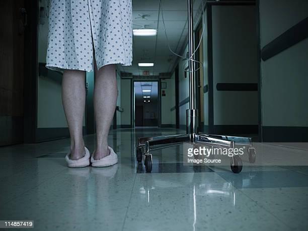 mulher paciente com gotejamento intravenoso - parte inferior imagens e fotografias de stock