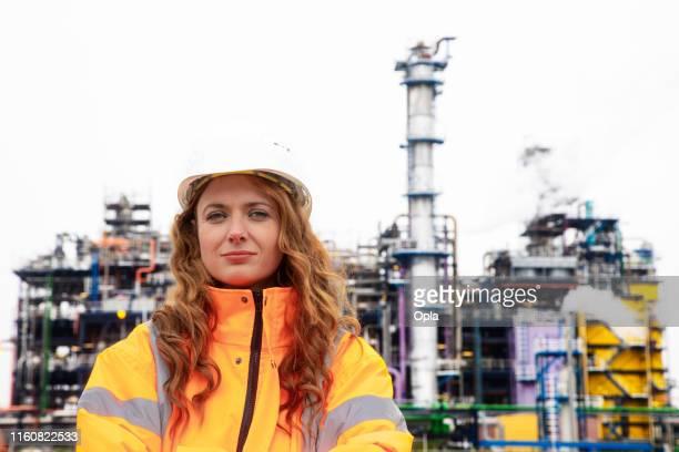 weibliche petrochemische inspektorin - wissenschaftlerin stock-fotos und bilder