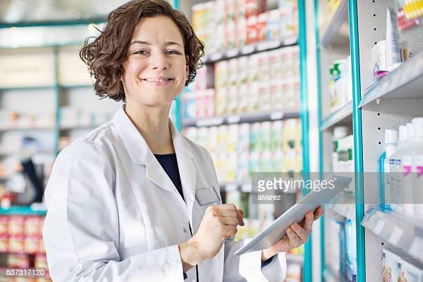 Femme pharmacien avec une tablette numérique