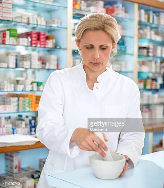 雌薬剤師、臼と杵