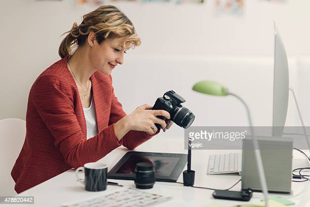 雌フォトグラファーのイメージをお探しの上デジタルカメラます。