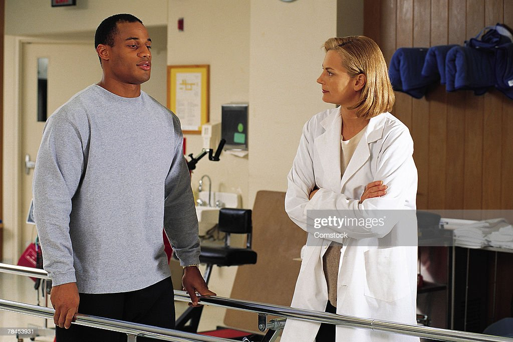 Female physical therapist with patient : Stockfoto