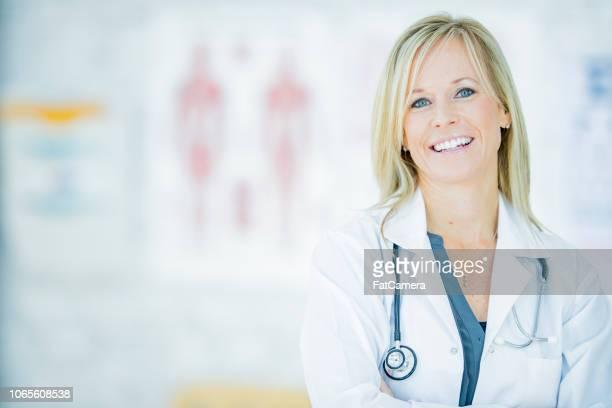 retrato de mujer médico - laboratorio clinico fotografías e imágenes de stock