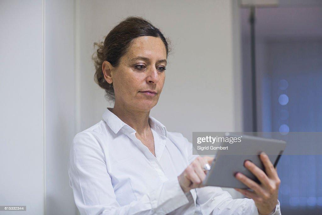 Female physiotherapist using a digital tablet, Freiburg im Breisgau, Baden-Württemberg, Germany : Stock-Foto